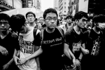 Manifestations pro-démocratique à Hong Kong.A kowloon dans la quartier de Mong Kok, une foule en colère souvent payée par les triades du quartier attaque violement un campement de pro-démocratique, la police procède à des évacuations d\'étudiants sous les insultes des \{quote} anti\{quote}
