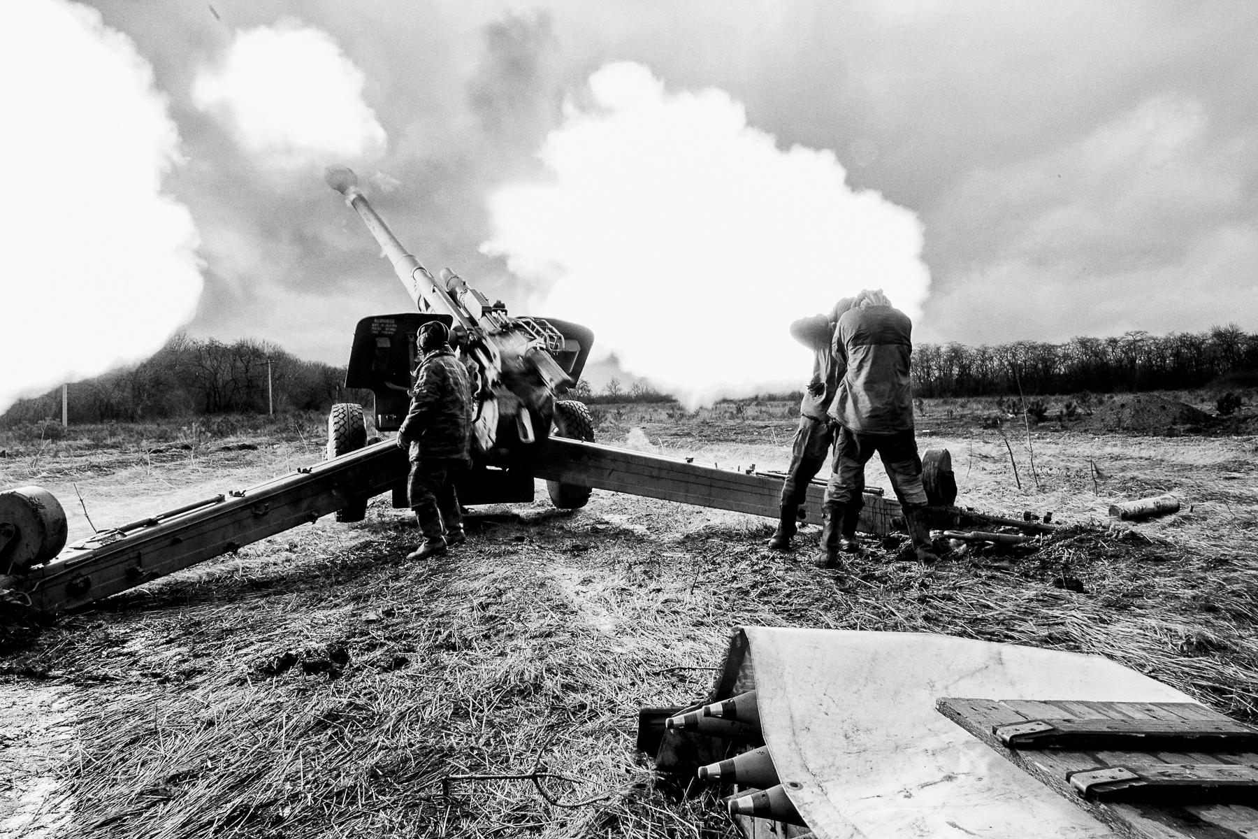 Dans les bois à l\'extérieur de Donetsk et du quartier Kievsky une batterie de 152 mm tire sur les positions de l\'armée ukrainienne à 12 km. Les obus de 152 mm pèsent 47 kg avec une charge de 11 kg de poudre pour les propulser. Les servants de la batterie jouent au foot et se réchauffent dans un abris construit avec des caisses de munitions. Près de l\'aéroport de Donetsk 5 chars armés de canon de 122 mm font feu sur l\'armée de Kiev. Ce bataillon est commandé par le Ct Svat au premier plan qui ordonne le tire comme un chef d\'orchestre..Un homme de sont peloton fait tourner un verre de vodka autour de lui avant de le boire.Le centre de réhabilitation psychologique et sociale pour les enfants. Les enfants dessinent les traumatismes qu\'ils ont vécus dirigés par Tatiana Sorkina.