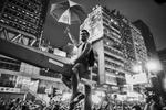 Manifestations pro-démocratique à Hong Kong.A kowloon dans la quartier de Mong Kok, une foule en colère souvent payée par les triades du quartier attaque violement un campement de pro-démocratique, la police procède à des évacuations d\'étudiants sous les insultes des \{quote} anti\{quote}.Un manifestants pro démocratique perché sur une barre en métal est pris à partie par des anti manifestants ,il sera évacué par la police