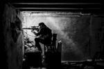 Syrie, avril 2013. Un sniper de la katiba Katiba Liwa Tawhid tiens une position de tirs dans les souks de la vieille ville d'Alep.Syria, April 2013. A sniper from the Liwa Tawhid katiba holds a position in the souks iof Aleppo's old city.