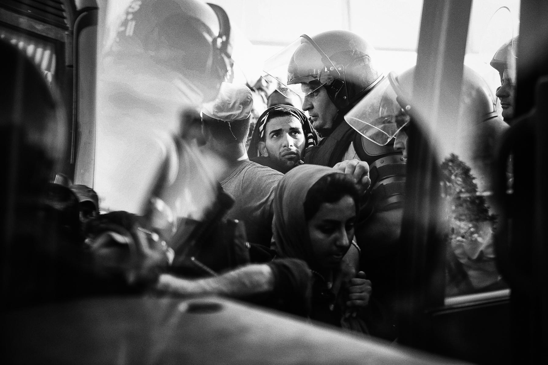 Dans les villes de Tovarnic et Beli Monasti des réfugiés venat d\'Afghanistan, d\'Irak, du Pakistan ...mais surtout d\'Irak cherche à rejoindre la frontière nord des Balkans, la Slovénie afin de rejoindre l\'Allemegne par l\'Autriche. Ils voyages souvent en famille, accompagnés de très jeunes enfants parfois de nourissons. Les conditions de vie qu\'ils subissent pendant ce voyage sont très éprouvantes moralement et physiquement, écrasés par la chaleur (35°) de cette fin d\'été continental.