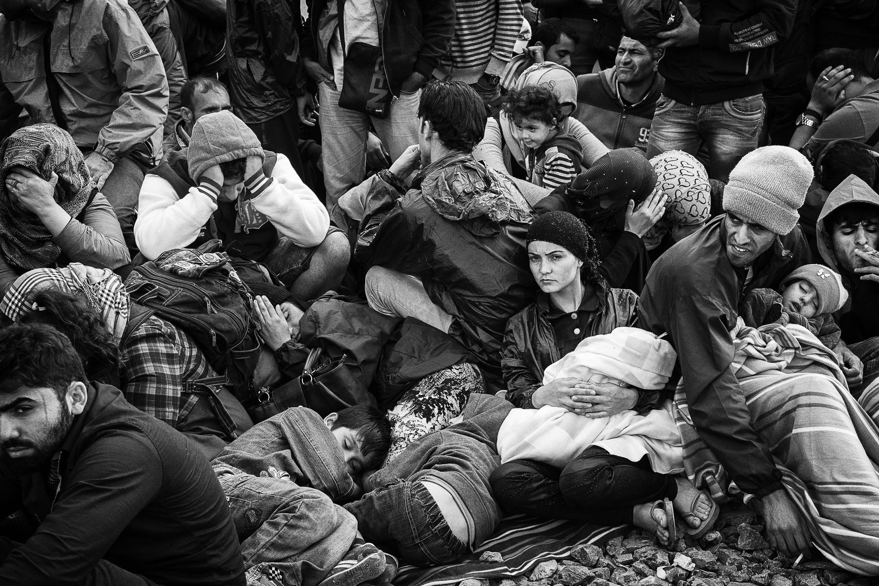 Croatie, septembre 2015. Des réfugiés attendent un train dans la gare de Tovarnik.Croatia, Septembre 2015. Refugees from the middle east waiting for a train in Tovarnik railway station.