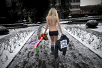 Zurich, février 2012. Anna membre des FEMEN quitte l'enceinte du Comité Olympique de Hockey sur Glace ou elle vient de protester contre la tenue des jeux en Biélorussie.Zurich, February 2012. Anna menber of the feminist group FEMEN leaving the Hockey Olympic Comitee where she demonstrated against Bielorussia ice hockey championship.