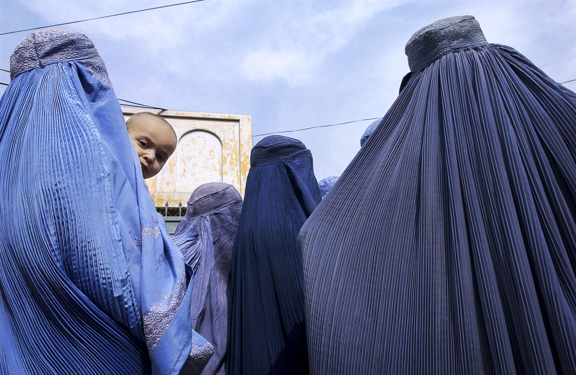 Pakistan, octobre 2001. Réfugiées Afghannes de la region de Kabul,elles viennes chercher soins et nourriture a Peshawar dans une clinique pour femmes près de Peshawar.Pakistan, Octobre 2001. Afghans refugees from Kabul district, seek for food and medication in a women hospital near Peshawar.