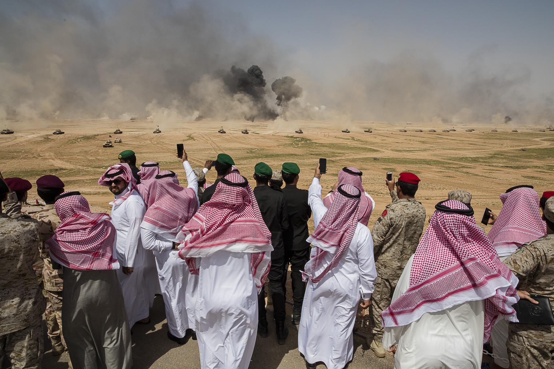 Les manœuvres de l'opération {quote}Tonnerre du Nord{quote}, lancées le 27 février  sur la base militaire du roi Khaled, dans la région de Hafar al-Batin (nord de l'Arabie Saoudite). Onze chefs d'Etat dont le roi saoudien, Salmane ben Abdelaziz, ont pris part à cet événement militaire.Des invités saoudiens assistent aux manoeuvres en prenant des photos et des selfies devants les explosions.