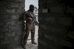 A 5 kilomètres de Mossul les hommes du Colonel Mohanet, Commandant du 1er Bataillon de l'ISOF 1, partie du ICTS, qui avec le 2eme Bataillon commandé par le Major salam,  forme ce qu'on appelle la {quote} Golden Division{quote}, prennent position dans le petit village de Muaskar Janin. A 1 km se trouve le village de Bazwaya. Ce sont les premières position de Daesh et le dernier gros Bourg avant Mossul à 5 km. Le Colonel Mohanet, passé par les académies militaires Iraquienne est un officier peu expensif et discipliné. Son QG impécable à l'opposé des autres ( Major Salam) est un reflet de sa personnalité. Les Positions de sniper du 1rst Batalion sont en général équipée  d'une mitarilleuse légère M60 US, d'un fusil de gros calibre BARETT, et de carabine en 270 Winchester. Plus un char russe caché dans une maison par Daesh, inspecté par le Colonel Mohanet. Sur la route de Qaraqosh, les restes calcinés d'un jihadiste sur la carcasse de son pick up neutralisé par l'ICTS.