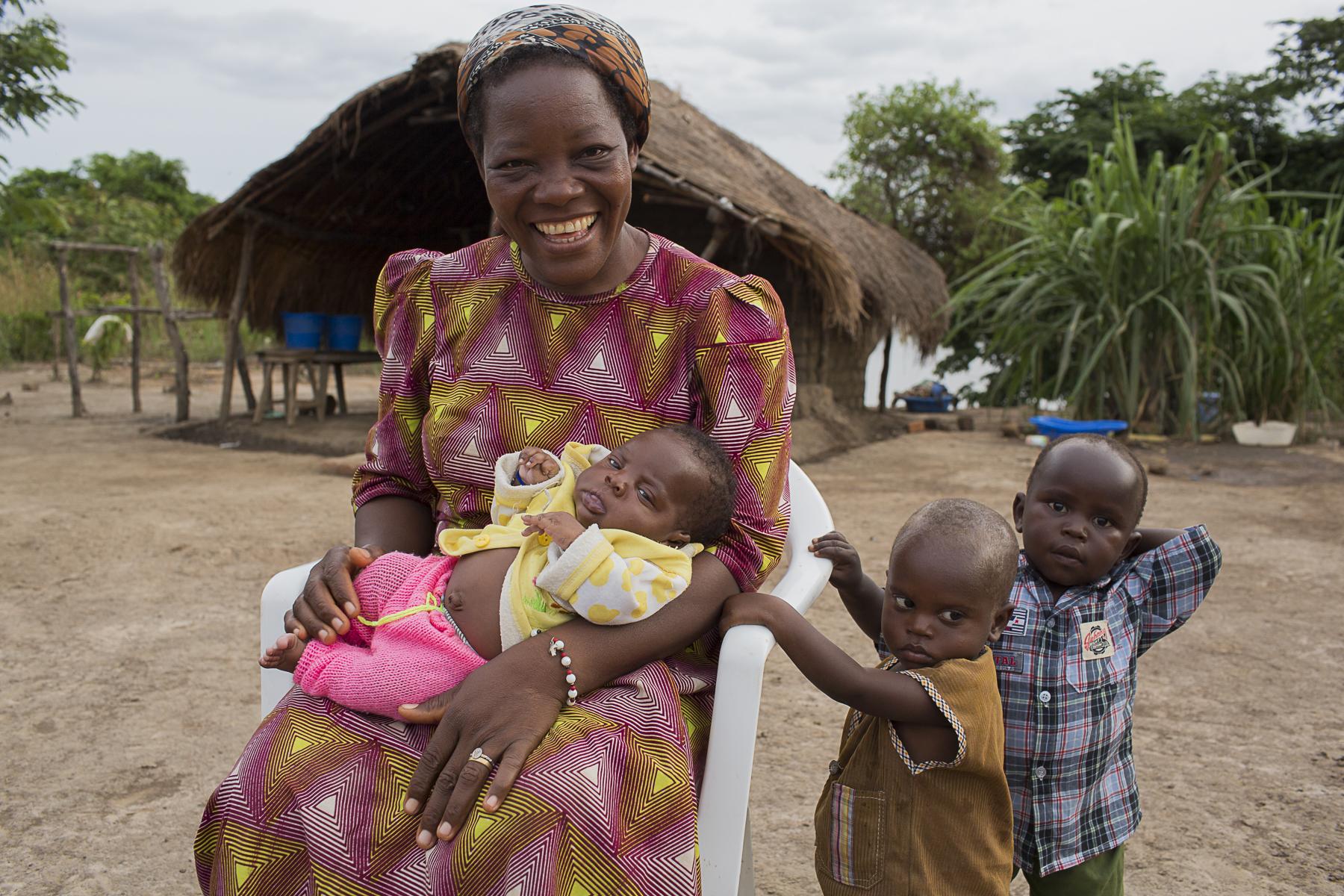 Soeur Angélique Namaika lauréate du Prix Nansel du Haut commissariat de L\'ONU pour les réfugiés(lUNHCR) pour son action auprès des femmes du nord de la RDC et plus particulièrement les femmes et les enfants victimes des exactions de la LRA du tristement célèbre Joseph Kony.Soeur Angélique chez elle, au bord du fleuve Kibali, avec trois des 19 orphelins qu\'elle a recueillis. Sur elle, Isaac, deux mois. Sur les côtés, Jean Paul en chemise bleu à carreaux, il a deux ans et demi. Devant lui, Donatien, à peine plus jeune.