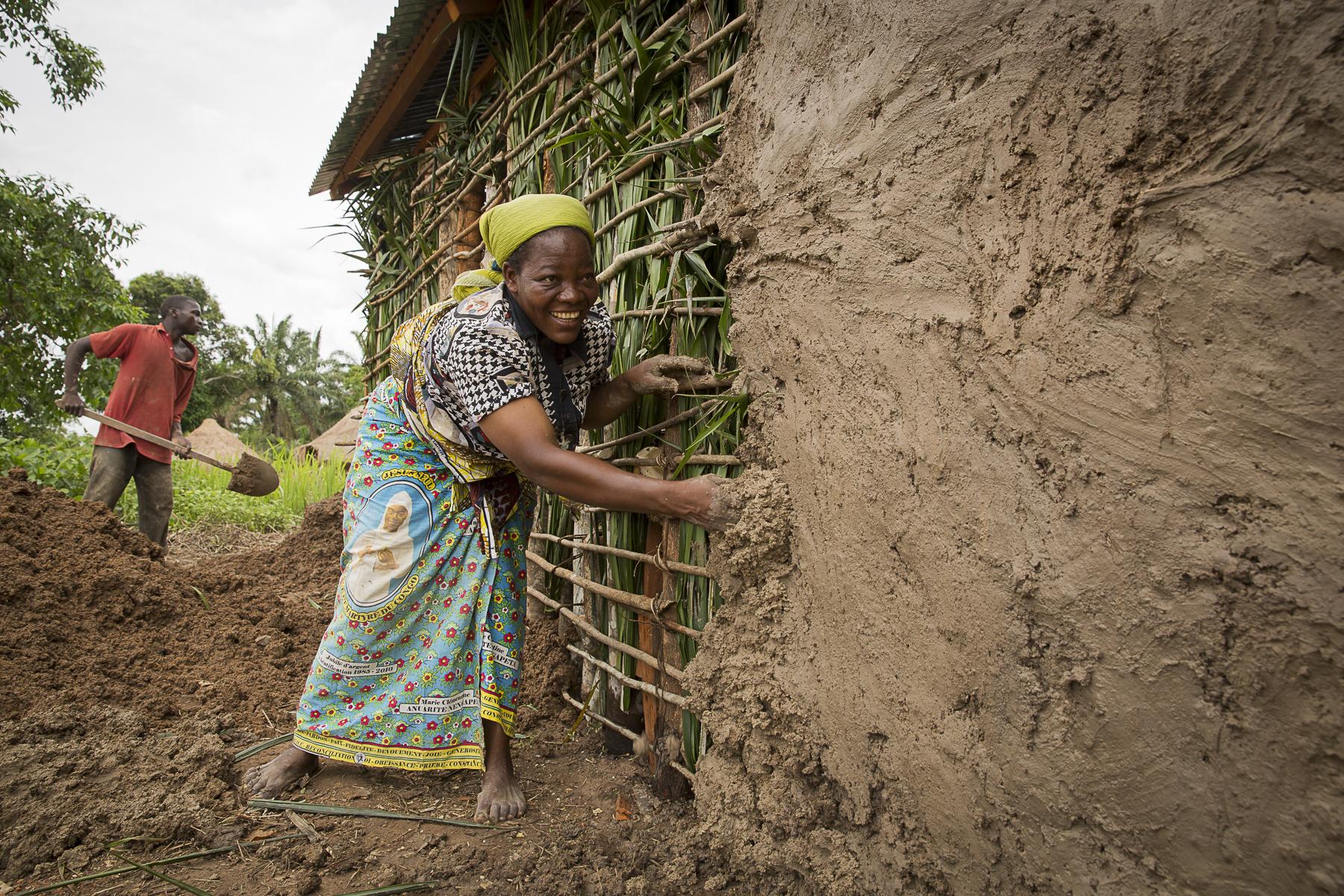 Soeur Angélique Namaika lauréate du Prix Nansel du Haut commissariat de L\'ONU pour les réfugiés(lUNHCR) pour son action auprès des femmes du nord de la RDC et plus particulièrement les femmes et les enfants victimes des exactions de la LRA du tristement célèbre Joseph Kony.soeur Angélique sur veille la construction de la nouvelle maison pour les enfants qu\'elle a financée avec le prix Nansel, elle participe à la pose du pisé sur les murs.