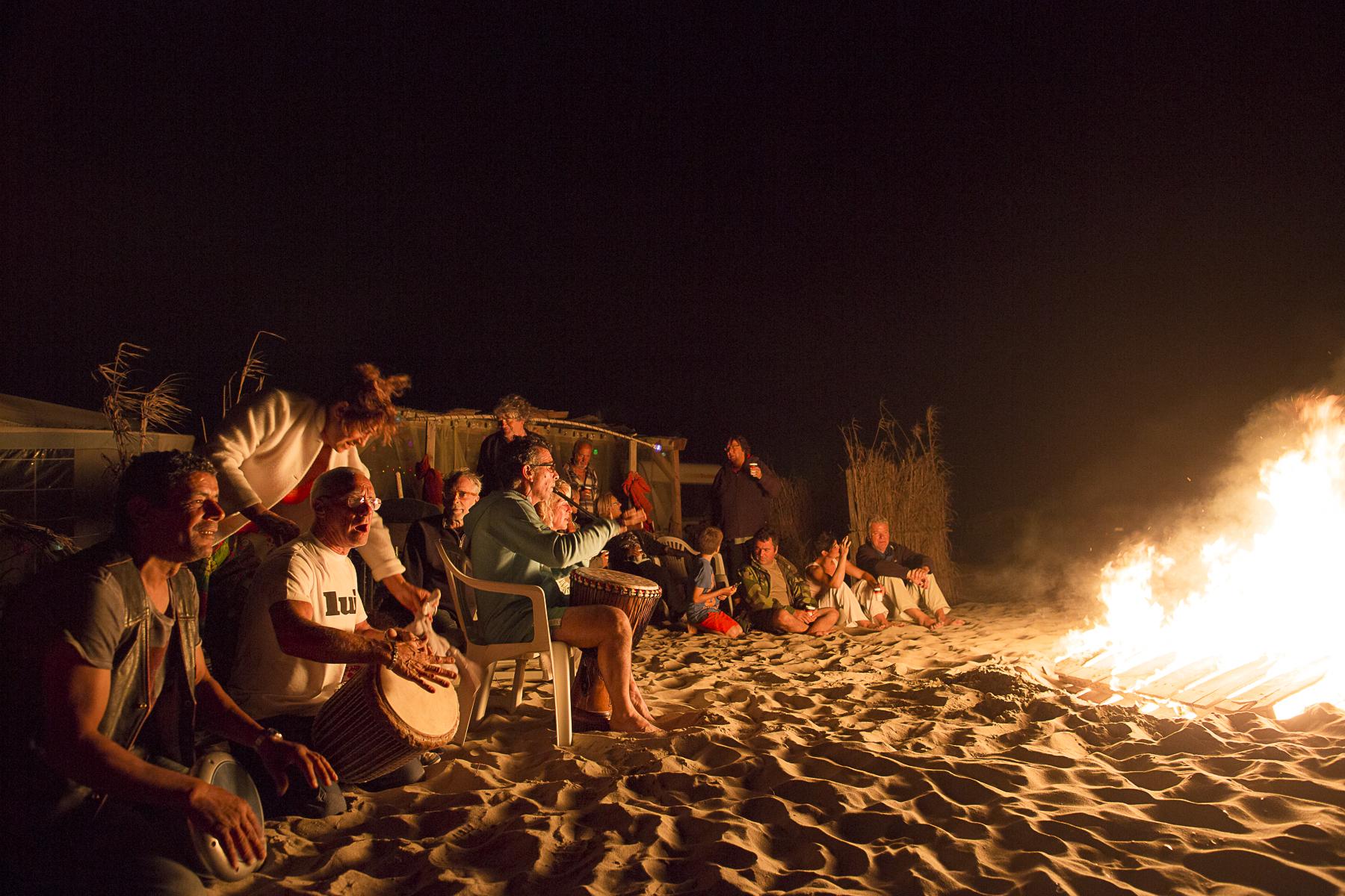 La plage de Piémenson à l\'embouchure du Rhône est la dernière plage en Europe ou le camping sauvage est toléré. Les deux grandes communautées présentent sont les naturistes, très soucieux de l\'environnement et passés maîtres dans l\'art de la construction de cabanons en bois flotés et les \{quote}textils\{quote} vivant plutôt dans des caravannes, ils sont des bons vivants...Feu de camp et feux d\'articices organisé sur la plage