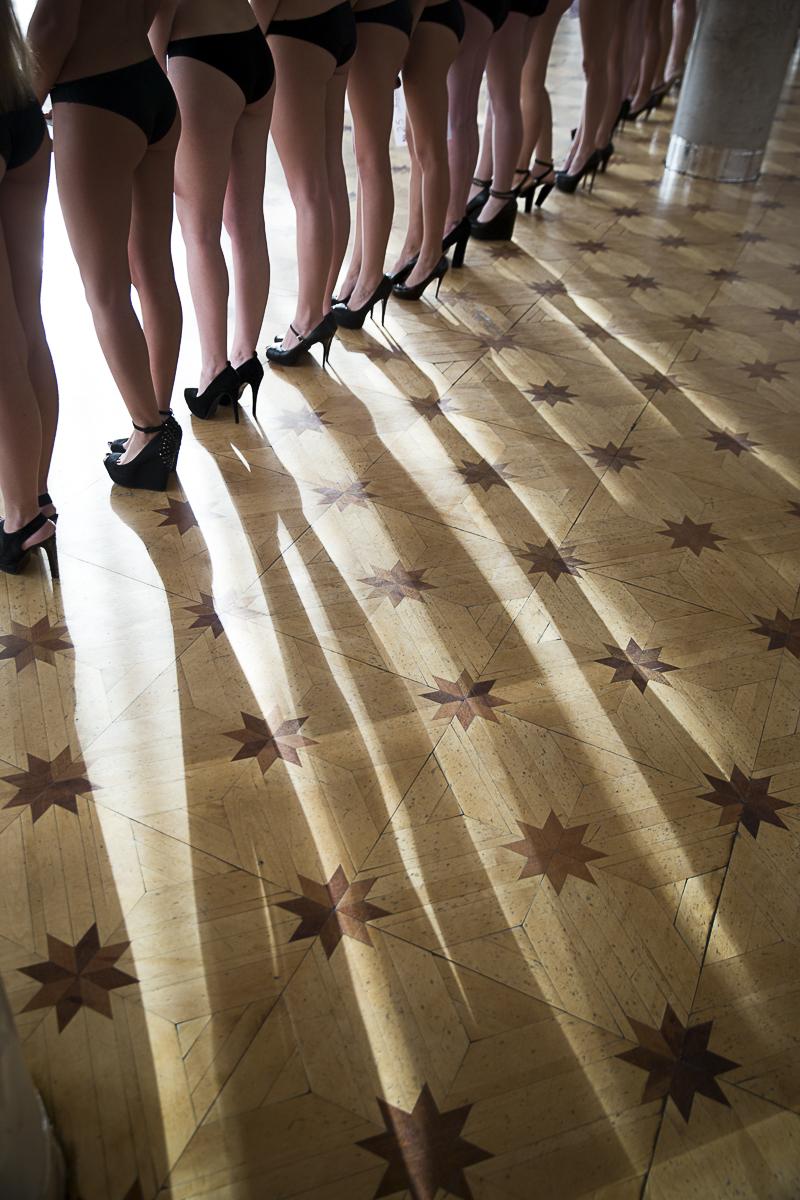 Sujet \{quote}Les Belles de Sibérie\{quote}. Pendant six semaines les scouts de l\'agence Noah, dirigée par Tigran Khachatrian parcoure une trentaine de villes en Sibérie afin de découvrir pour le compte des prestigieuses agences de mannequins occidentales et asiatiques les futures stars des podiums et des grandes campagnes publicitaires.Casting dans la Maison de la culture de Krasnoyarsk au nord du lac Baïkal. 150 filles venues de la ville et des environs tentent leur chance: être repérées par un booker peut changer le cours de leur vie et de leur proches.