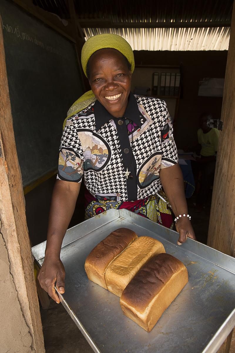 Soeur Angélique Namaika lauréate du Prix Nansel du Haut commissariat de L\'ONU pour les réfugiés(lUNHCR) pour son action auprès des femmes du nord de la RDC et plus particulièrement les femmes et les enfants victimes des exactions de la LRA du tristement célèbre Joseph Kony.La soeur nous montre les pains qu\'elle apprend à faire aux femmes de son association et qui sont pourr elle la principal source de revenues.