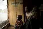 Soeur Angélique Namaika lauréate du Prix Nansel du Haut commissariat de L\'ONU pour les réfugiés(lUNHCR) pour son action auprès des femmes du nord de la RDC et plus particulièrement les femmes et les enfants victimes des exactions de la LRA du tristement célèbre Joseph Kony.Marie, 19ans, a été kidnappée par les troupes de la LRA en 2008, à Duru. Elle a été mariée de force à un combattant gradé de la LRA, puis libérée à la mort de celui, trois ans plus tard. Elle est ressorie de la forêt en 2011 avec deux enfants nés en captivité. Le plus grand Moise,  avec le tee-shit jaune, a 4 ans. Son frère, David, a deux ans et demi. Ils souffrent de malnutrition, leur repas est constitué de riz et de feuilles manioc bouillies sans huile, ni viande.