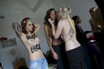 Inna et Oxana deux des membres fondatrices du mouvement féministe FEMEN sont réfugiées à Paris à la suite des poursuites et menaces qu\'elle ont reçues en Ukraine. Elles habitent à Paris dans un lieu secret car ici aussi menaçées par des grouope d\'éxtrème droite après leur action du week end dernier et leur affrontement avec le mouvement CIVITAS. Dans leur appartement \{quote}clandestin\{quote} elles acceuillent des activistes françaises,posent sur les toîts de Paris puis se dirigent vers le Lavoir Moderne Parisien pour se faire soigner et masser leur corps meurtries des derniers combats contre les \{quote} fachos\{quote} et s\'entrainer au Jujitsu………….