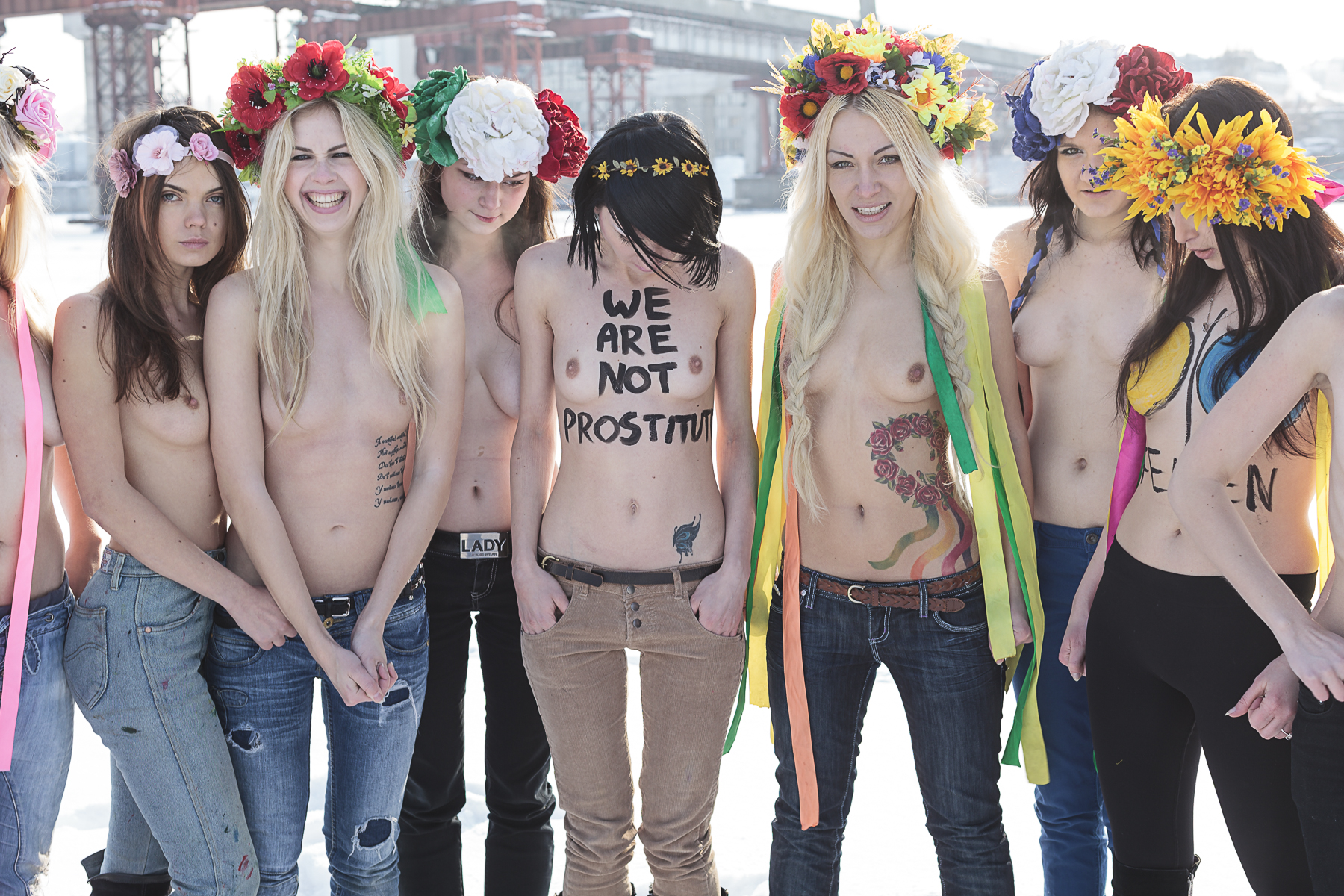 Kiev, février 2012. Membres des FEMEN à Kiev sur le Dniepr.Kiev, February 2012. Members of the feminist group FEMEN on the Dniepr in Kiev.