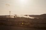 Libye Juillet 2011, dans le Djebel Nefoussa à 50 km de Tripoli et à 30 km de Zintan, la place forte des populations bèrbères qui se sont soulevées contre le régime de Khadafi dés le début de la révolte, les rebelles tiennent en respect les troupes loyalistes en majoritées composées de mercenaires. Les rebelles du Djebel Nefoussa ont pris positions sur les hauteurs du djebel. Ils observent les mouvements adverses à la jumelle et à l\'aide des organes de visée d\'un affût de missile Milan. Certains sont équipés du fusil d\'assaut FN-FAL de fabrication belge et recement largués par avion par la France