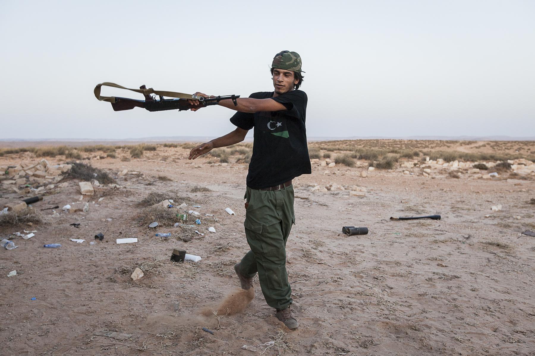 Les rebelles le long de la ligne de front, lancent des roquettes avec des lanceursd e fortune, fabriqués à partir de moceaux de canalisations d\'eau.