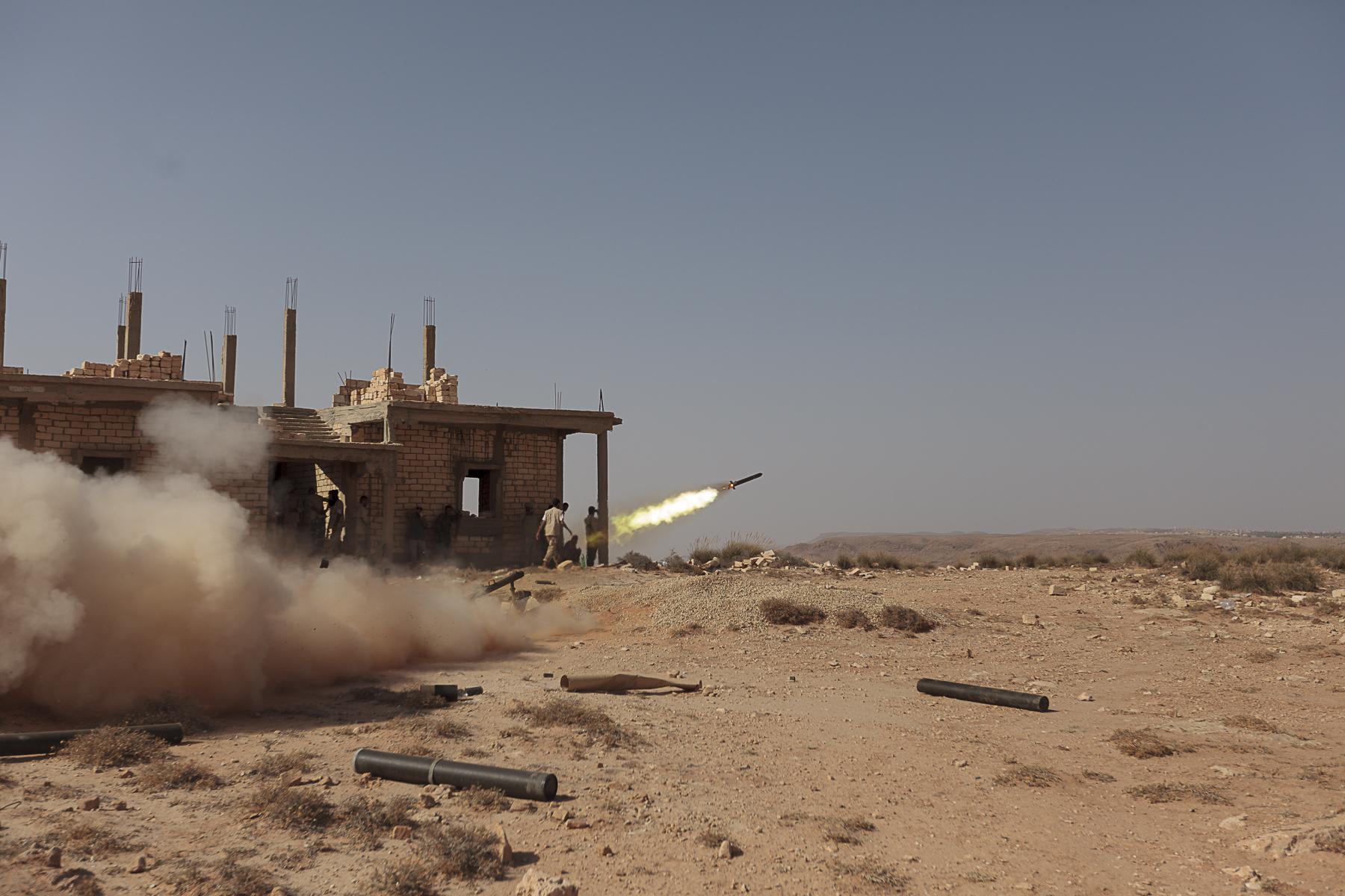Un prisonier de l\'armée loyaliste capturé par la rebéllion est soigné à l\'hopital de Zinta. Sur la ligne de front les rebelles tirent des roquettes vers les lignes de l\'armée Libyenne.