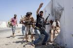 Les forces bebelles attaquent le quartier general des forces de Khadafi a Tripoli.