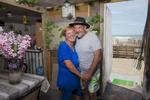 La plage de Piémenson à l\'embouchure du Rhône est la dernière plage en Europe ou le camping sauvage est toléré. Les deux grandes communautées présentent sont les naturistes, très soucieux de l\'environnement et passés maîtres dans l\'art de la construction de cabanons en bois flotés et les \{quote}textils\{quote} vivant plutôt dans des caravannes, ils sont des bons vivants...Marie 56 ans et son mari Léo 55 ans dans leur caravanne devant la mer, ils sont campeur à Piémenson depuis 40 ans