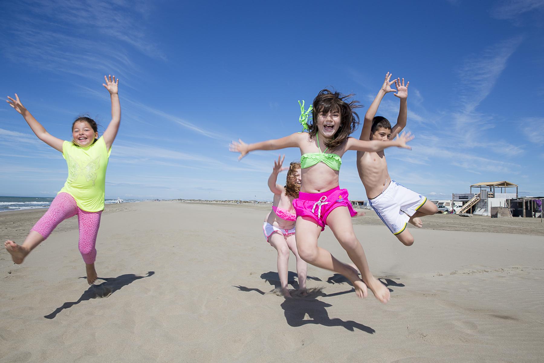 La plage de Piémenson à l\'embouchure du Rhône est la dernière plage en Europe ou le camping sauvage est toléré. Les deux grandes communautées présentent sont les naturistes, très soucieux de l\'environnement et passés maîtres dans l\'art de la construction de cabanons en bois flotés et les \{quote}textils\{quote} vivant plutôt dans des caravannes, ils sont des bons vivants...de gauche à droite, Cloé 7 ans, Maissa 8 ans, Angélina 9 ans et Killian 11ans