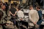 Dimanche 24 Août, jour de la fête nationale ukrainienne. Les indépendentistes de Donetsk font défiler sous les jets de pourris e les crachats de la population leurs prisonniers de l\'armée régulière ukrainienne.Dans le district Mirny au sud de la ville de Donetsk les habitants sont désespérés de voir leurs maisons partir en fumée à la suite du bombardement de leur quartier par l\'armée régulière ukrainienne.