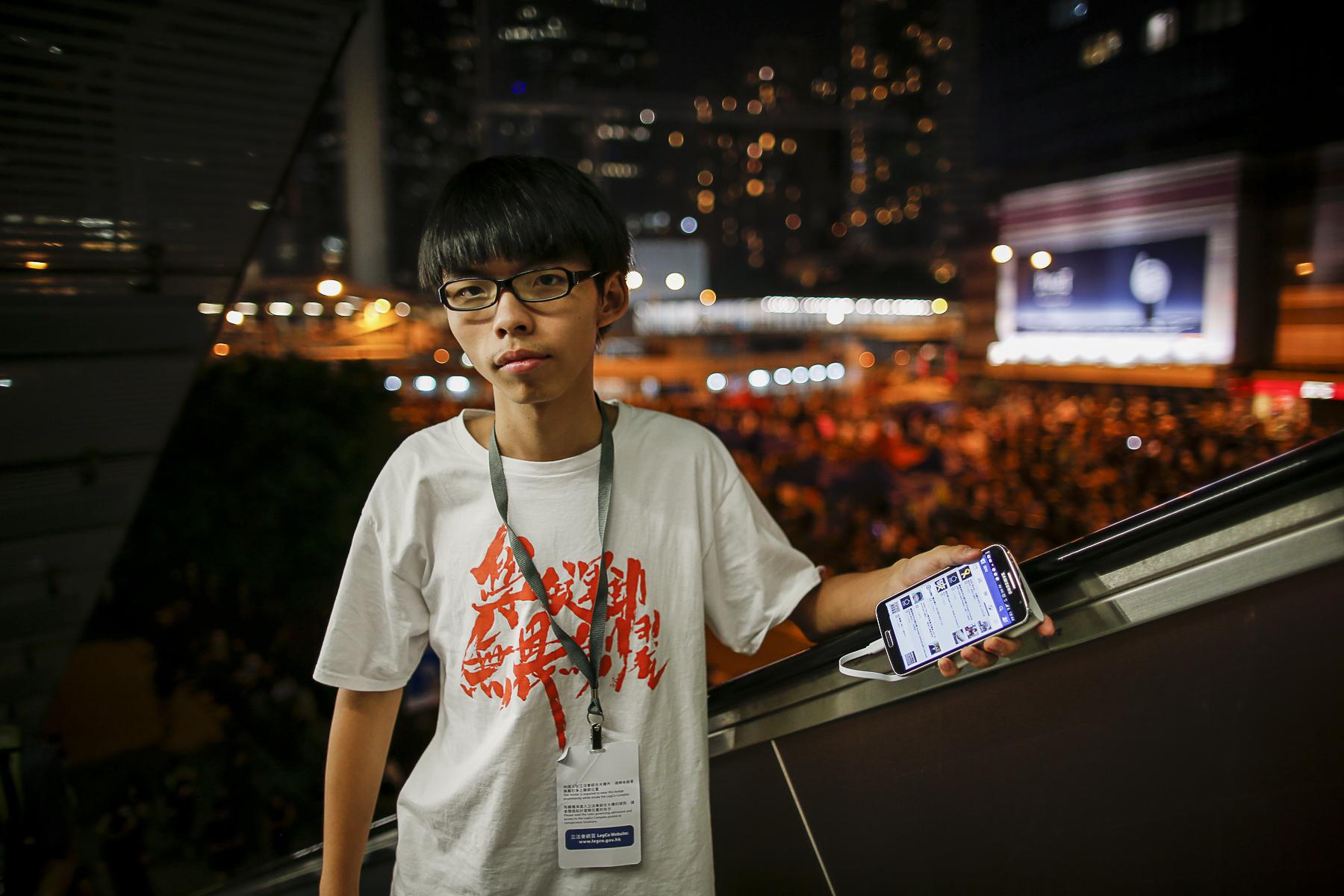 Joshua Wong pose qq instants pour match sur un escalaror qui surplombe le quartier d\'Admiralty sue l\'ile de Honk Kong avant sa prise de parole devant des dizaines de milliers de manifestants