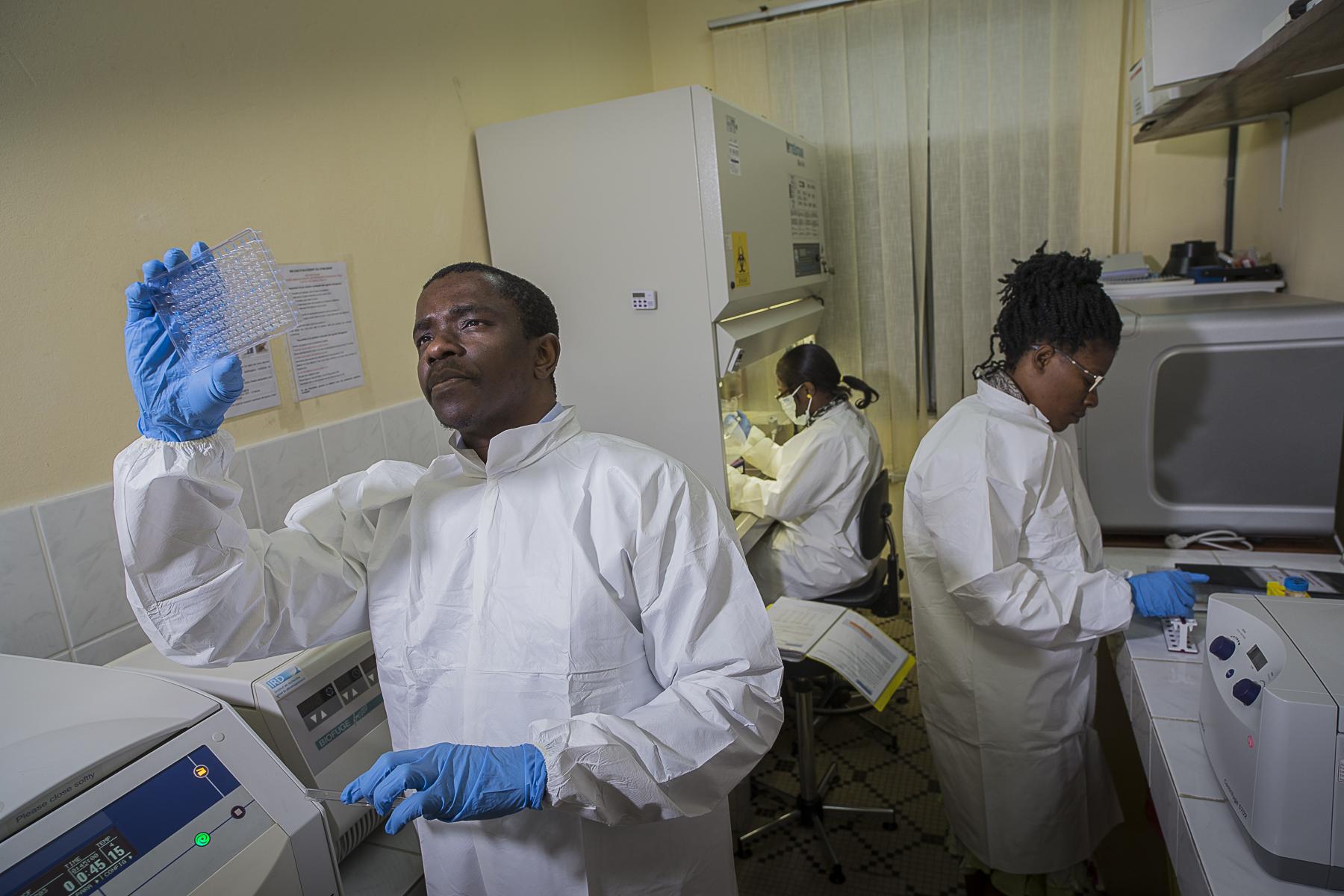 Laboratoire de virologie - VIH du CREMER/IRD.Ou l\'équipe de scientifique travail depuis 1994 sur les matières fécales des grands singes afin de remonter à la source de l\'origine du VIH.