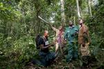 C\'est dans la forêt à 2,3 km du village de Manbele que se trouve le Point Zéro de l\'origine du VIH. L\'équipe du Colonel Médecin Ethel Mpoudi NGolé s\'oriente dans la forêt afin de retrouver l\'arbre au pied duquel a eu lieux la transmition du singe vers le premier homme infecté. Nous sommes guidé par deux pygmés dont les ancêtres sont probablement les chasseurs de ce chinpanzé. Eric et Gabriel.Le chef d\'équipe Innocent, assisté de Joshef éffectués dans un nid de gorille, un prélevement de matière fécale. nous sommes à 10 km du point zéro.