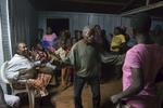 Dans l\'unique bar du village de Mlanbele, dancent des pygmés sous le regard curieux et moqueur de la population Bantou. Ils sont la population la plus déséritée de cette partie du pays. Ils sont aussi les plus fin connaiseurs de la forêt, et donc de loin les meilleurs chasseurs.
