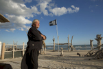 La plage de Piémenson à l\'embouchure du Rhône est la dernière plage en Europe ou le camping sauvage est toléré. Les deux grandes communautées présentent sont les naturistes, très soucieux de l\'environnement et passés maîtres dans l\'art de la construction de cabanons en bois flotés et les \{quote}textils\{quote} vivant plutôt dans des caravannes, ils sont des bons vivants...Lucien dit LUlu 61 ans devant son campement, il vient depuis 20ans