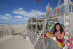 La plage de Piémenson à l\'embouchure du Rhône est la dernière plage en Europe ou le camping sauvage est toléré. Les deux grandes communautées présentent sont les naturistes, très soucieux de l\'environnement et passés maîtres dans l\'art de la construction de cabanons en bois flotés et les \{quote}textils\{quote} vivant plutôt dans des caravannes, ils sont des bons vivants...\{quote}Colombine\{quote} devant son campement, elle a 62 ans et vient depuis 40 ans.