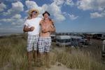 La plage de Piémenson à l\'embouchure du Rhône est la dernière plage en Europe ou le camping sauvage est toléré. Les deux grandes communautées présentent sont les naturistes, très soucieux de l\'environnement et passés maîtres dans l\'art de la construction de cabanons en bois flotés et les \{quote}textils\{quote} vivant plutôt dans des caravannes, ils sont des bons vivants...Christophe en blanc et son copain de toujours Christian, ils viennent depuis qu\'ils sont enfants à Piémenson....