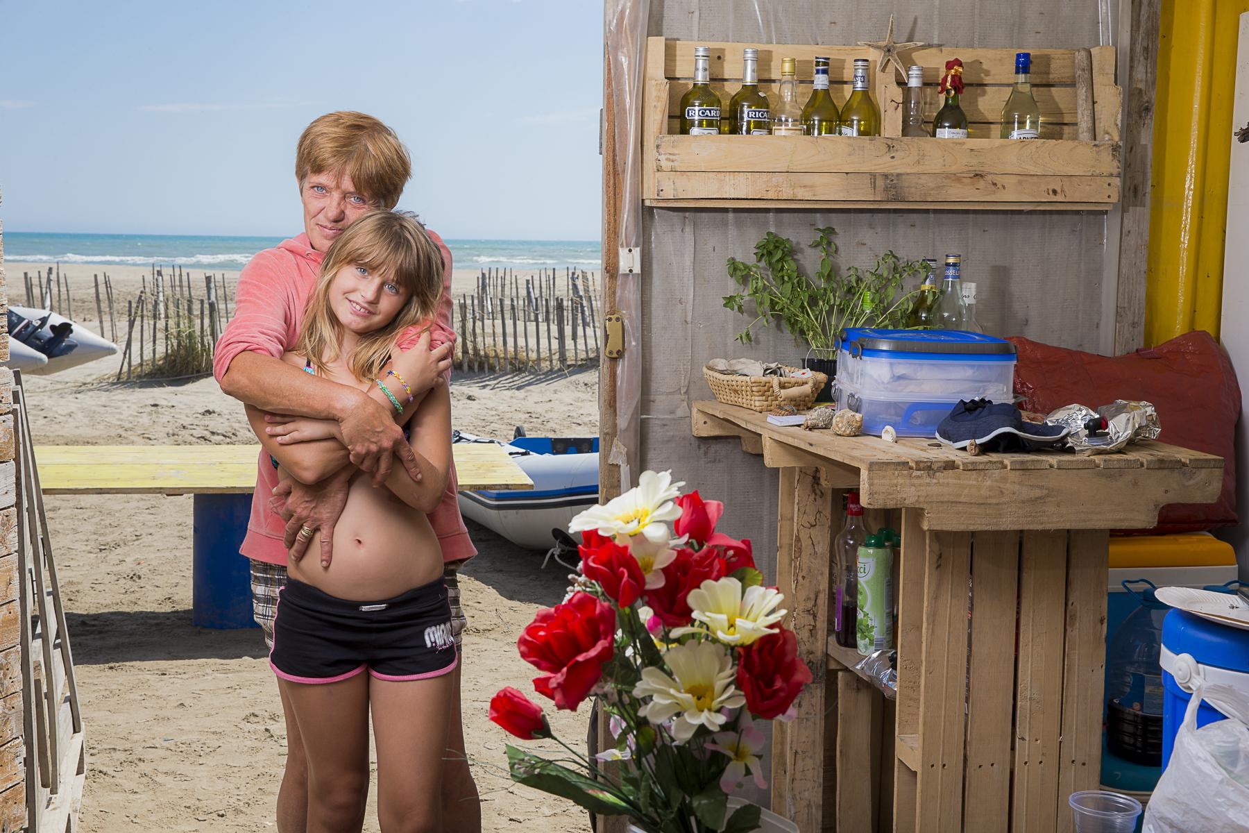 La plage de Piémenson à l\'embouchure du Rhône est la dernière plage en Europe ou le camping sauvage est toléré. Les deux grandes communautées présentent sont les naturistes, très soucieux de l\'environnement et passés maîtres dans l\'art de la construction de cabanons en bois flotés et les \{quote}textils\{quote} vivant plutôt dans des caravannes, ils sont des bons vivants...Juliette 46 ans et ses petires filles Alizéa 10 ans, Fionna 8 ans à l\'intérieur de leur campement à Piémenson...
