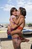 La plage de Piémenson à l\'embouchure du Rhône est la dernière plage en Europe ou le camping sauvage est toléré. Les deux grandes communautées présentent sont les naturistes, très soucieux de l\'environnement et passés maîtres dans l\'art de la construction de cabanons en bois flotés et les \{quote}textils\{quote} vivant plutôt dans des caravannes, ils sont des bons vivants...Mathilde 21 ans et Fionna 8 ans à Piémenson