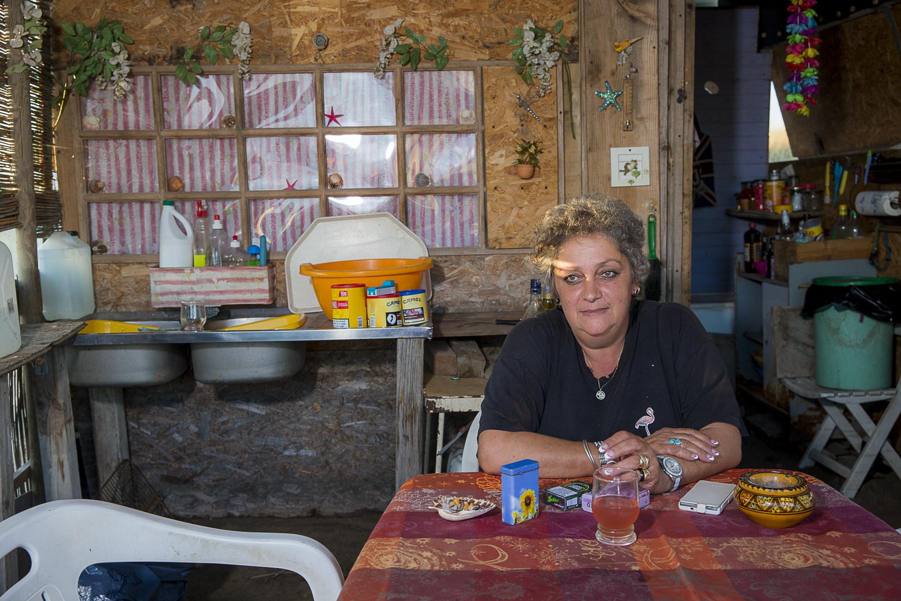 La plage de Piémenson à l\'embouchure du Rhône est la dernière plage en Europe ou le camping sauvage est toléré. Les deux grandes communautées présentent sont les naturistes, très soucieux de l\'environnement et passés maîtres dans l\'art de la construction de cabanons en bois flotés et les \{quote}textils\{quote} vivant plutôt dans des caravannes, ils sont des bons vivants...Esther 50 ans campe à la plage depuis 38 ans...