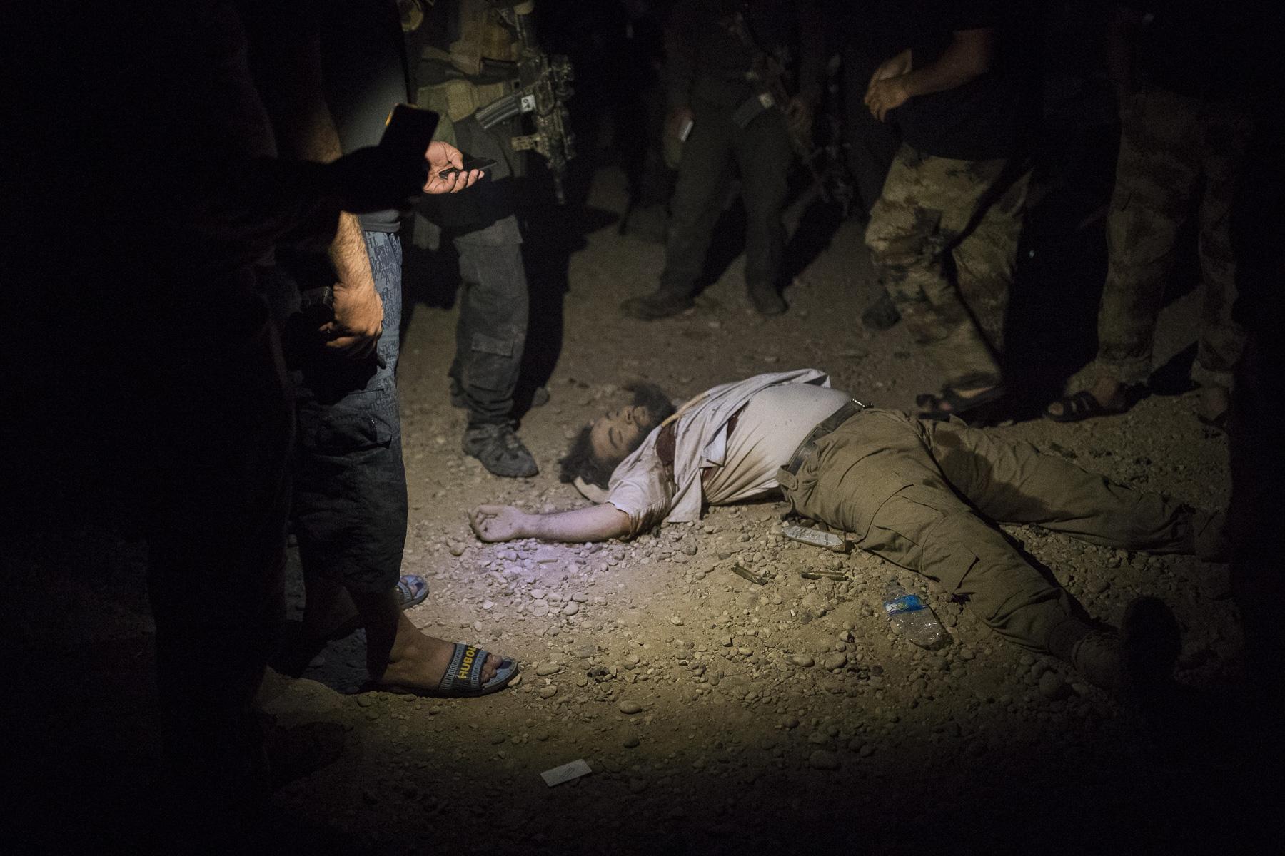 le corps d'un djihadiste tué par la Golden Division dans le quartier rurale de gagjali dans Mossul