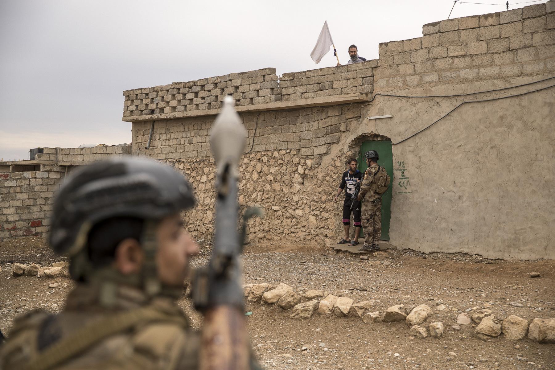 Mercredi 2 Novembre, Le bataillon 1 du ICTS du Colonel Mohanet sécurise le quartier de Gagjali, dans Mossul. Ils découvrent des armes de Daech dans une voiture, arrêtent des personnes suspectés d'appartenir à Daech, quand nous sommes pris à parti par des tireurs embusqués, leur traque se termine dans les tranchées à la limite de la ville, tous les djahidistes sont tués, à la grenade et au fusil d'assaults. Des réfugiés des quartier plus à l'ouest affluent vers les lignes de l'armée iraquienne (Golden Division), et visite des généraux en première ligne. Interrogatoir d'un homme suspecté d'être un artificié de Daech.Photos prisent le 2 Novembre 2016 et non le premier comme indiqué dans les champs IPTC