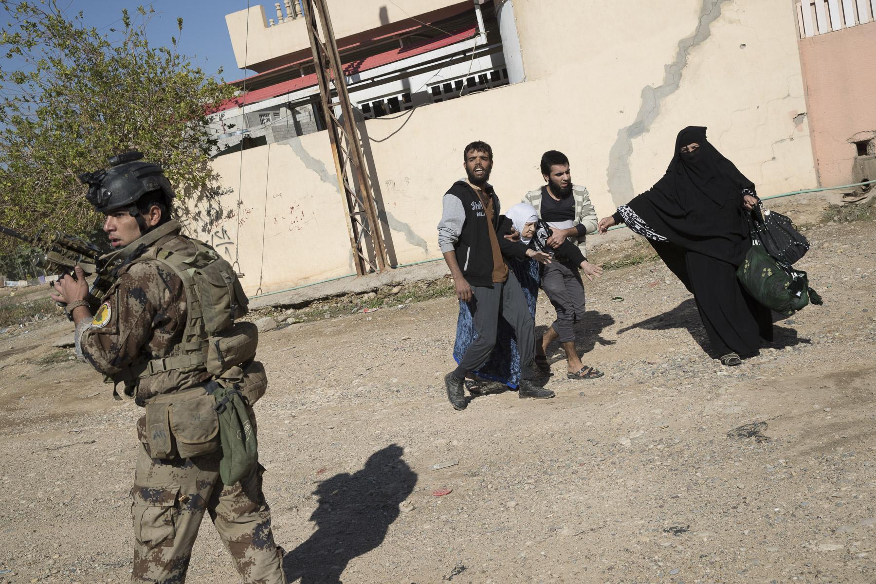 Arrivée de réfugiés de la partie occupée par Daech dans les lignes des forces spéciales.