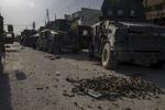 Vendredi 4 Novembre départ de l'ICTS (Golden Division) pour prendre pied dans les districts nord est de Mossul. Après avoir contourné la ville par le desert, la colonne s'enfonce dans les faubourgs de la ville. La progression est beaucoup plus difficile que prévue par l'état major. De petit groupe de djihadistes très mobile harcèlent les forces spéciales. Armes automatiques, RPG, mortiers mais surtout les redoutables {quote}car bomb{quote}, véhicules blindés artisanalement, chargés d'obus de canon ou d'explosifs et de pièces métalliques, qui, conduit par des kamikazes est l'arme la plus redoutable de Daech. La nuit tombante notre unité se perd dans les ruelles hostiles, dans une lumière de fin du monde.