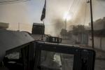 Un car bomb vient d'exploser à 100 métres de notre Humvee, notre major est bléssé, la voiture sans doute chargée de plusieurs dizaines de kilis d'explosifs, à crée, en explosant un crarère de 1?50 de largueur dans la chaussée. Véronique robert soigne notre major de sa blessure à la jambe.