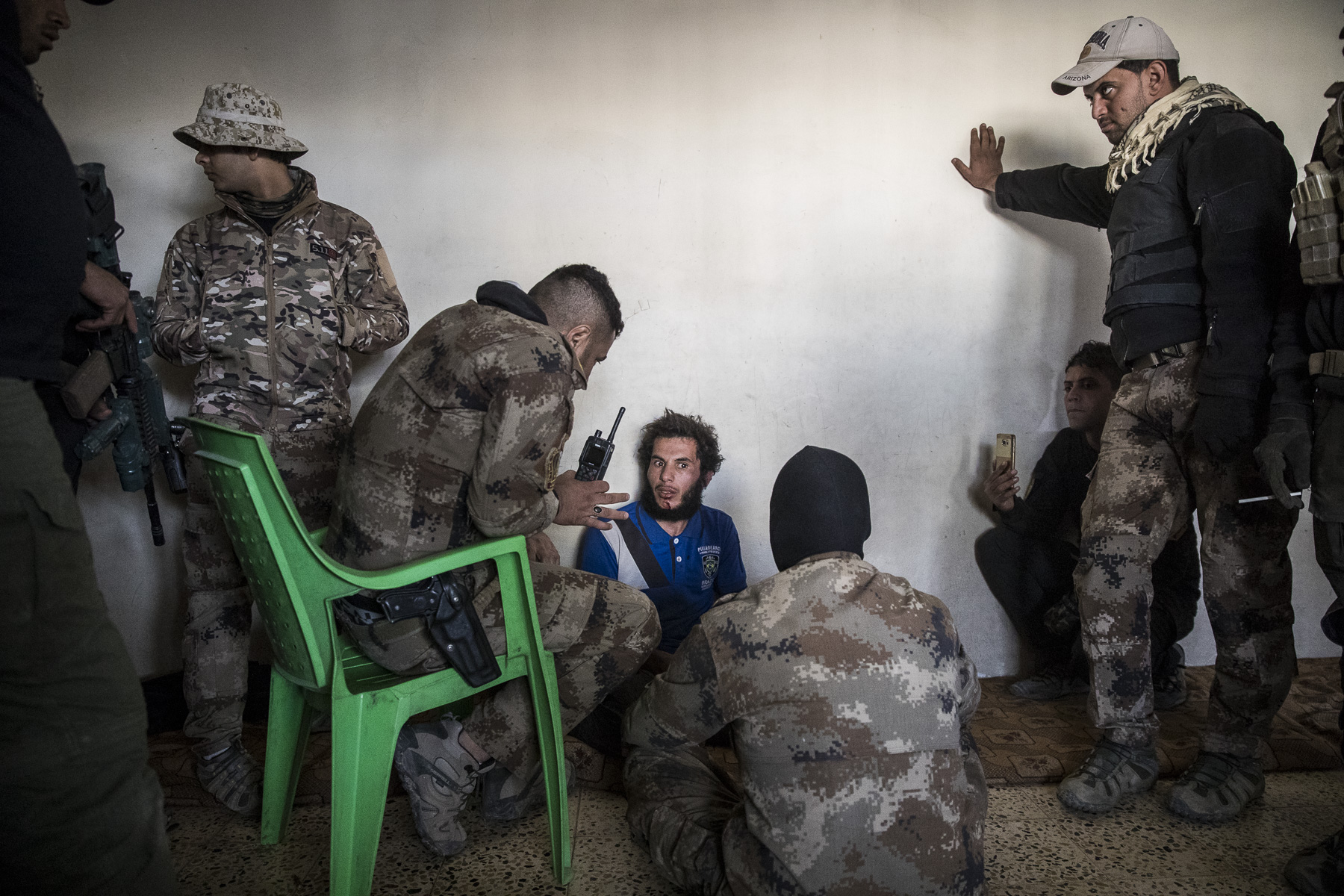 Lundi 7 novembre 2016. L'ICTS / ISOF 1 /Bat 1 conforte ses positions dans le nord est de Mossul. La fouille du quartier continue. Arrestation de deux {quote}espions de Daech{quote}. Ils seront interogés sans ménagement, battus puis jetés à l'arrière d'un Humvee.....Véronique Robert en ITV avec le chef d'Etat Major des armées Iraquienne, le Général Taleb al Kinani.