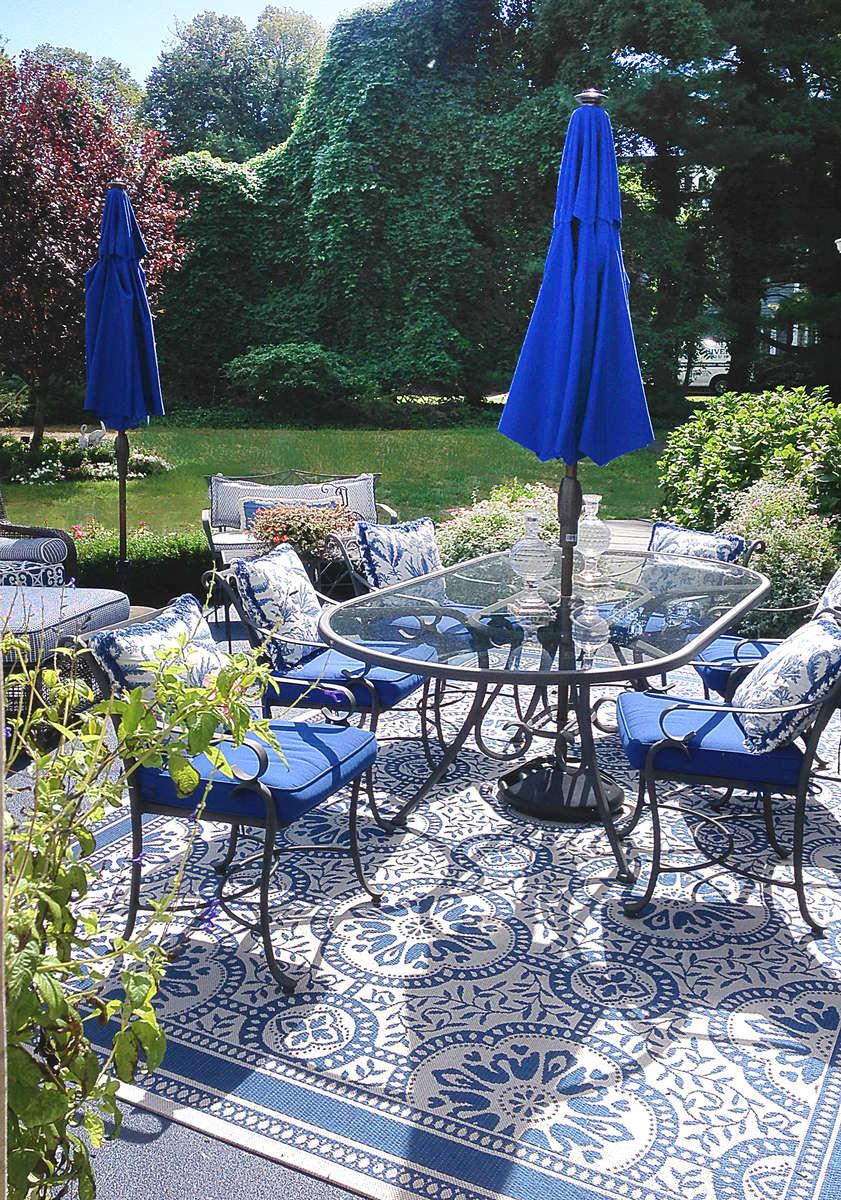 patio design with cobalt blue furniture and outdoor umbrella
