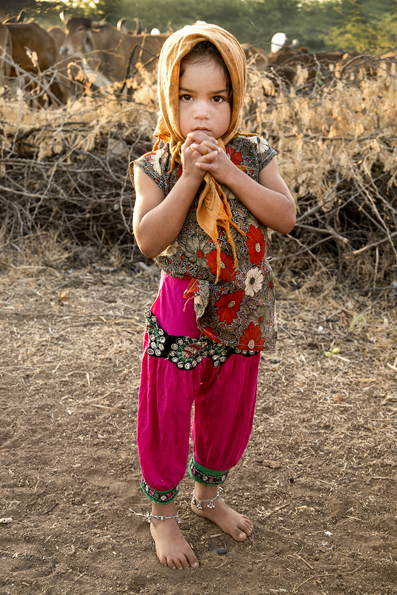 Child-with-ankel-braclets-India-2644