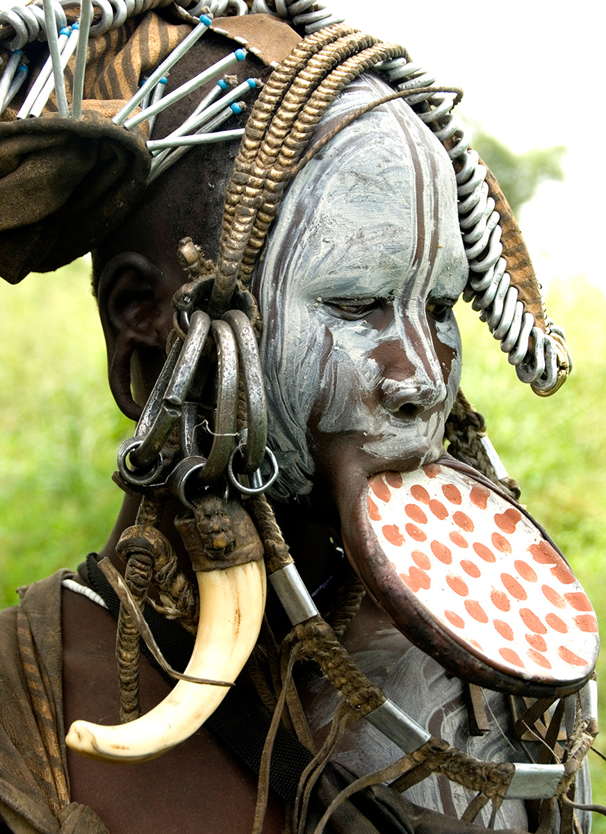 Mursi-woman-with-plate-and-headdress