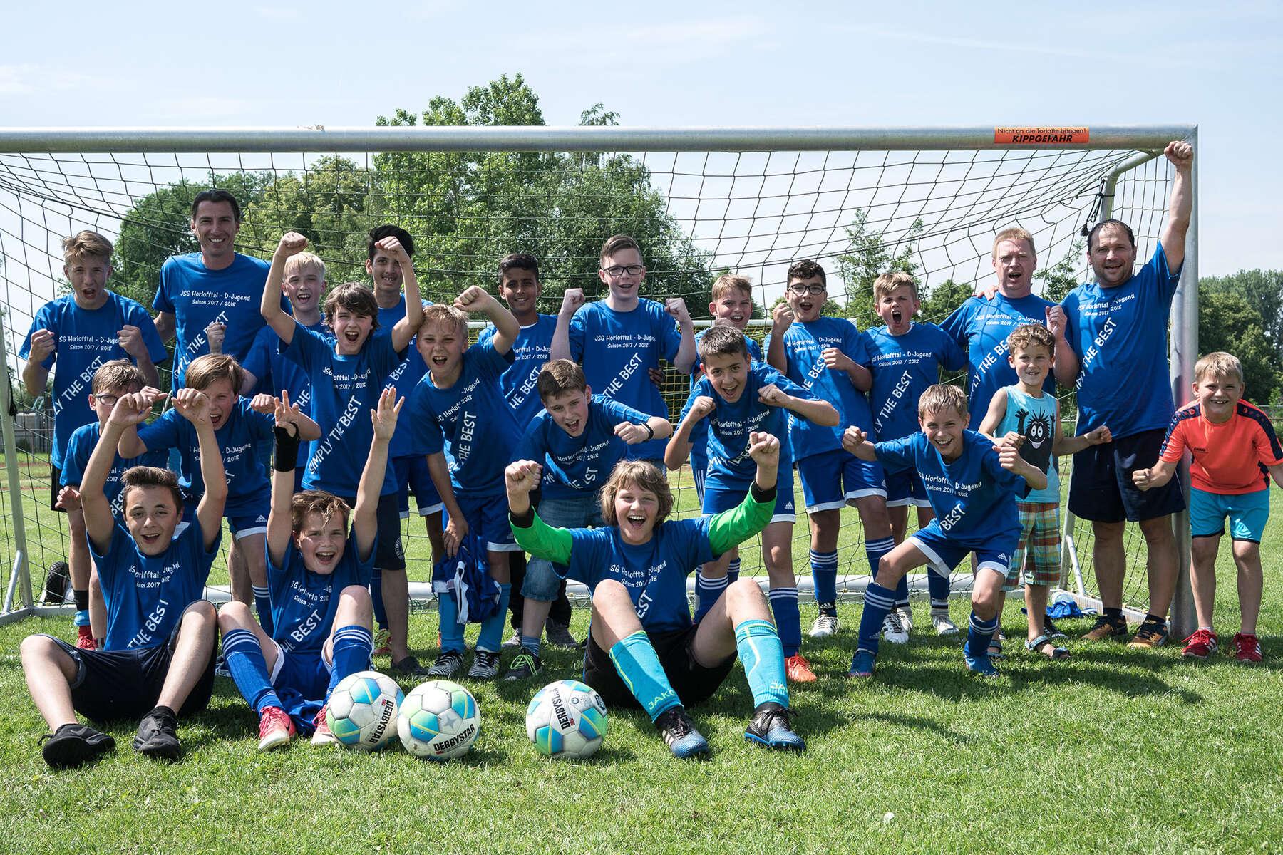 Spieler und Trainer der TSG Horlofftal jubeln über den Sieg der D-Jugend-Meisterschaft