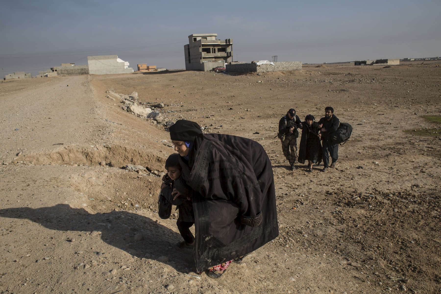 06/11/2016 -- Mosul, Iraq -- Iraqi families from Mosul leaving their houses after Iraqi special forces liberated the neighbourhoods in east of Mosul.