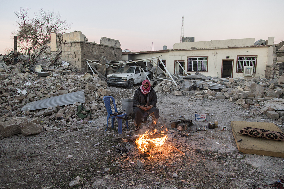 14/11/2015 -- Sinjar-Iraq, Iraq -- An Ezidy peshmerga fighter sit next a fire in early morning in Sinjar town.