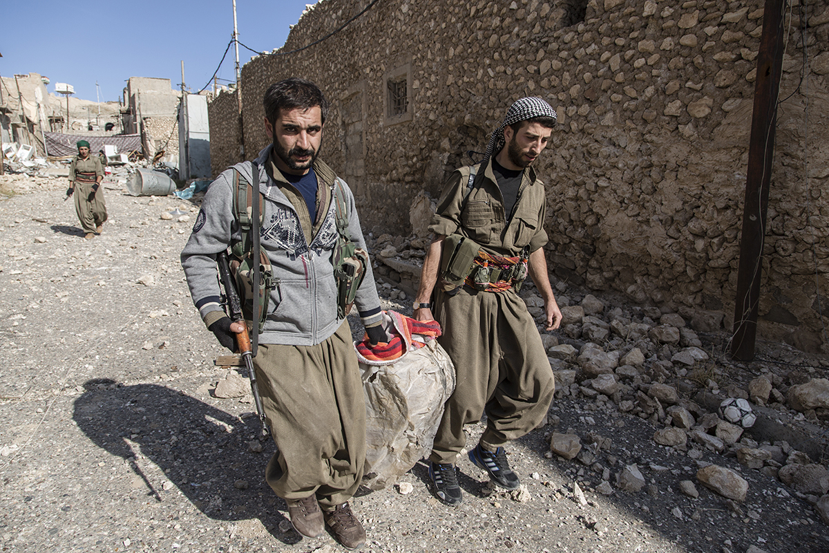 15/11/2015 -- Sinjar-Iraq, Iraq -- PKK fighters hold an IED in one of the house and bring to their base to disarmed in Sinjar town.