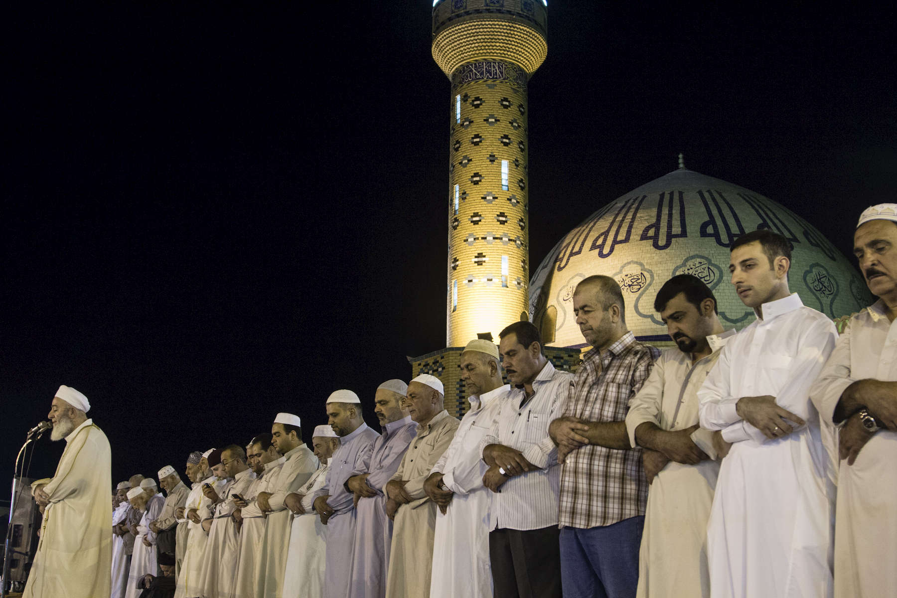 24/07/2014. Kirkuk, Iraq. Sunni residents of Kirkuk pray during Ramadan at the Takia Talabani Mosque in Kirkuk, Iraq.