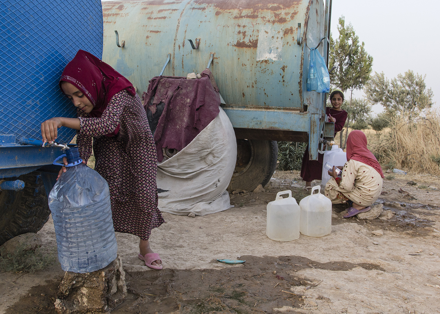 04/07/2015 -- Dibaga-Makhmur-, Iraq -- A young IDP girls bring water to there home before Iftar during Ramadan in the chicken farm in Dibaga.